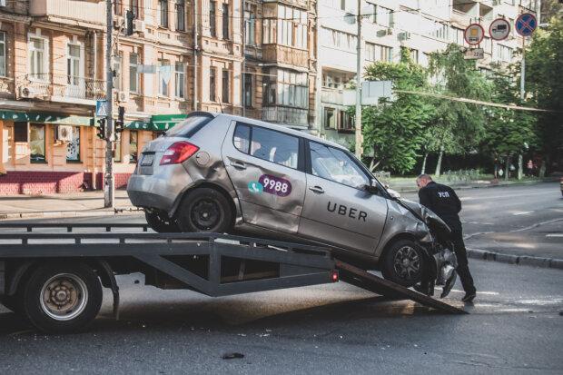 """В Киеве произошло серьезное ДТП, дорога парализована: """"Вырвало колесо"""""""