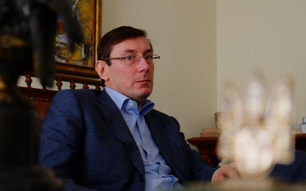 Луценка з дружиною засікли в черзі на фунікулер, от тільки не київський: фото