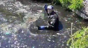 """Киевским коммунальщикам пришлось """"нырнуть"""" в нечистоты: """"Е**ть, работка..."""""""