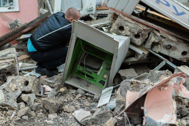 """Чудовищный взрыв разнес банкомат """"Приватбанка"""" на мелкие щепки"""