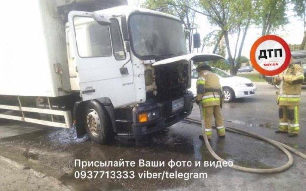 У Києві палала вантажівка: фото