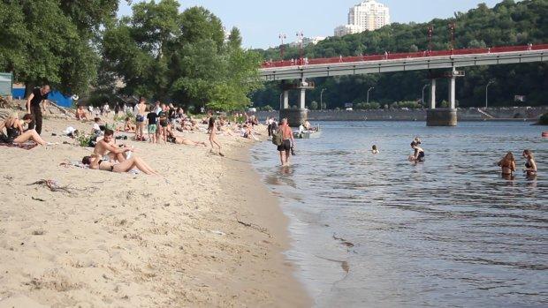 Киевлянам запретили ходить на пляж: смертельно опасно, снимайте купальники