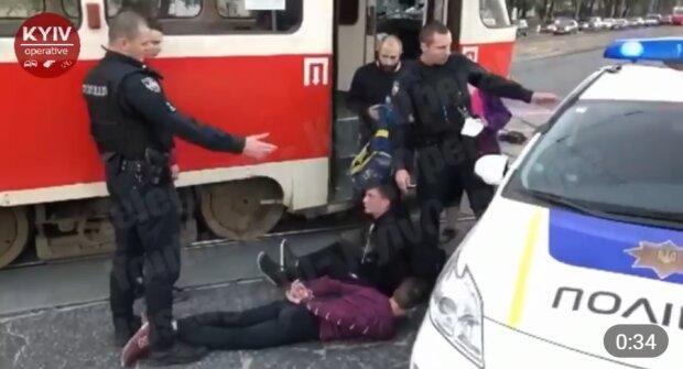 """В Киеве малолетние неадекваты набросились на кондуктора и устроили погром: """"Угомонила только полиция"""""""