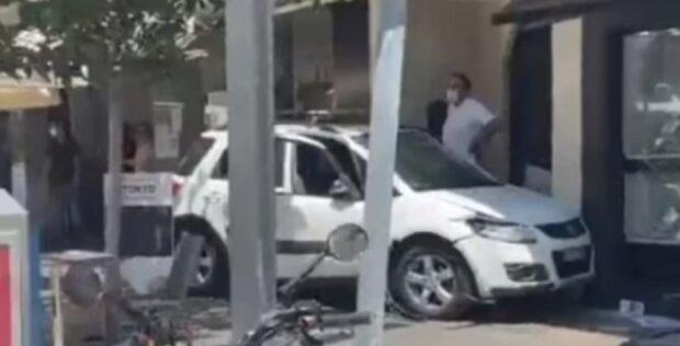Озверевшая машина врезалась в летнее кафе на полном ходу: люди и столики разлетелись на десятки метров