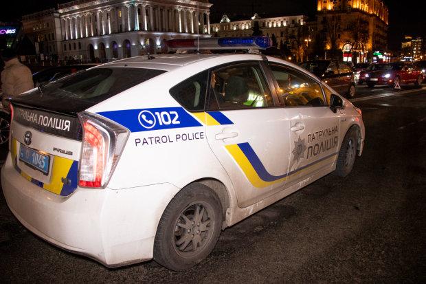 """На Київщині п'яний прокурор влаштував дебош посеред вулиці: відточував """"майстерність"""" на опудалах"""
