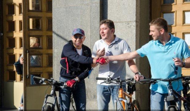 Харьковские депутаты ездят на работу на велосипеде (фото)