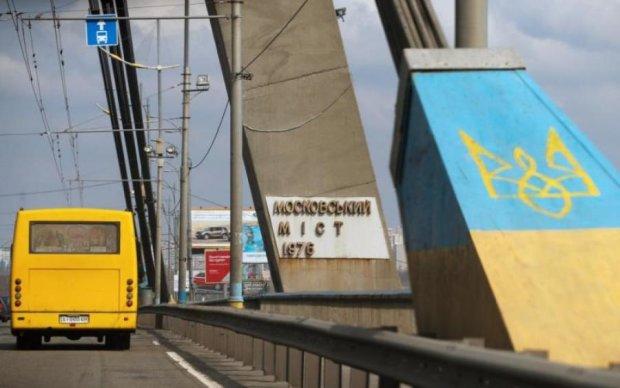 На Московському мосту знищили герб Києва: фото
