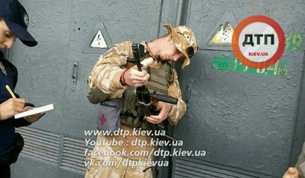 Украинского воина с полной выкладкой задержали в Киеве