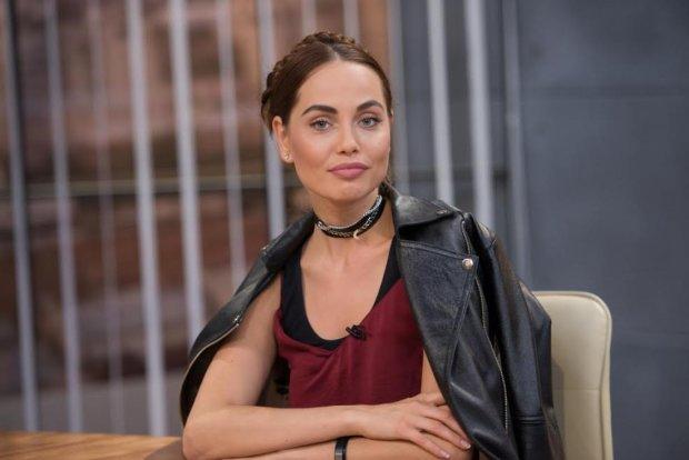Украинская Джоли растянула упругие места перед камерой: видео