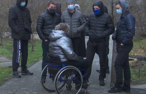 "В Днепре пара с инвалидностью воюет с соседями из-за дорожки: ""Пробили колеса на коляске"""
