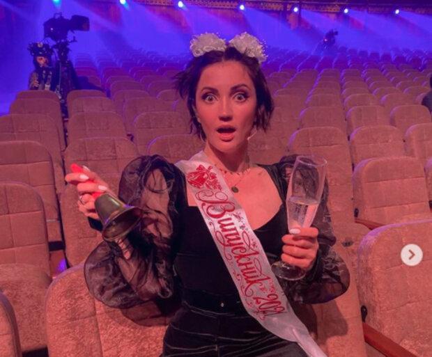 Кума Дзидзьо Цибульская превратилась в горячую школьницу: с шампанским и бантиками