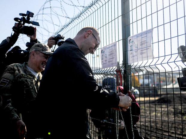 Стіна Яценюка: у мережі показали, як насправді живе ініціатор скандального будівництва на кордоні з Росією