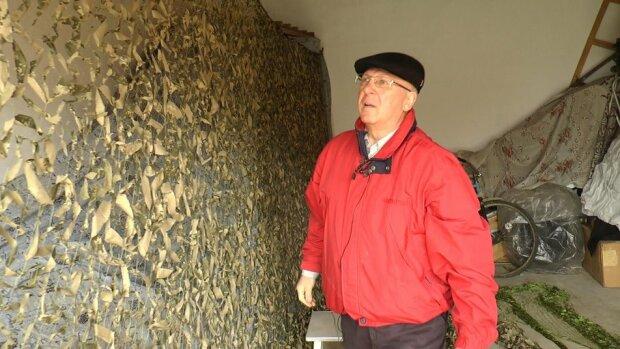 """На Прикарпатті пенсіонер робить військових """"невидимими"""": """"Плету щодня по 4 години"""""""
