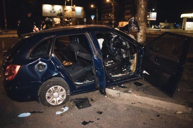 У Києві фанат Зайцевої розніс Mercedes з дітьми, є поранені: фото