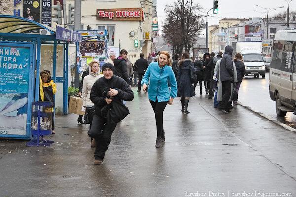 У Києві таксист провчив нахабну пасажирку. Він - без грошей, вона - гола, відео