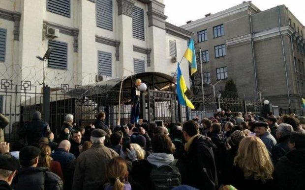 Полум'я протесту підпалило російське посольство: фото і відео