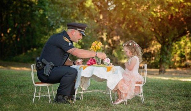 Маленька дівчинка запросила на чай поліцейського-рятівника