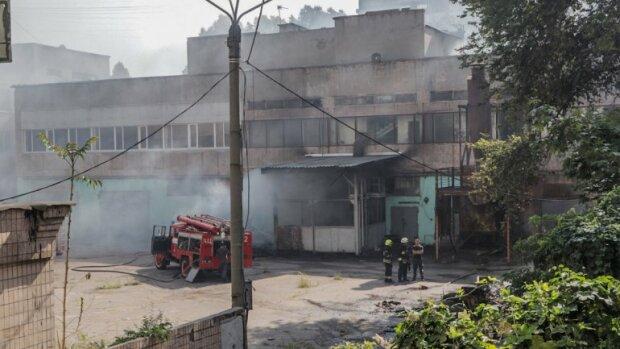 В Днепре адское пламя взяло в плен школу, детей спасли каникулы: первые подробности и кадры из огня