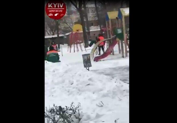 Киевские коммунальщики устроили праздник на качелях: если ваша вечеринка не похожа на это...