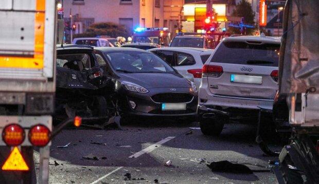 ДТП посреди города: грузовик смял как консервные банки авто на светофоре, власти подозревают теракт
