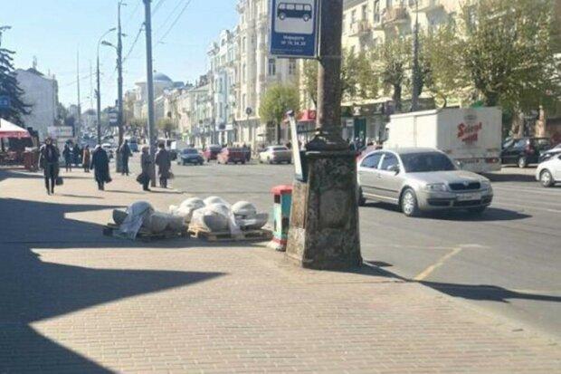 """Знахабніла вінничанка """"прикрасила"""" центр міста своїм сміттям: кадри свинства"""