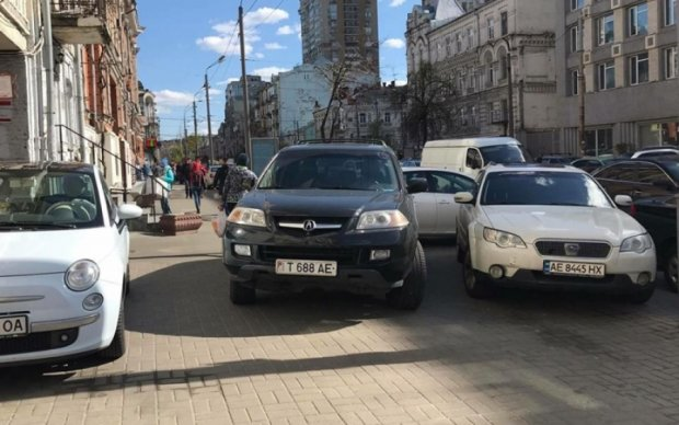 """Киевлян выбесил """"заморский король"""" героев парковки в центре столицы"""