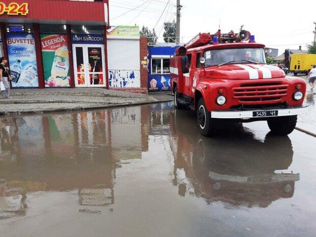 Кирилівка пішла під воду, тонуть машини: негода накоїла біди на запорізьких курортах