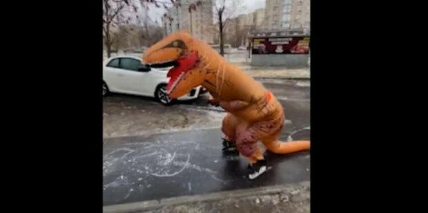 """Динозавр"" на гололеде / скриншот из видео"
