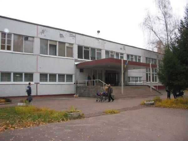 Потолок обрушился на детей, школа в панике: жуткое ЧП в Харькове попало на камеру