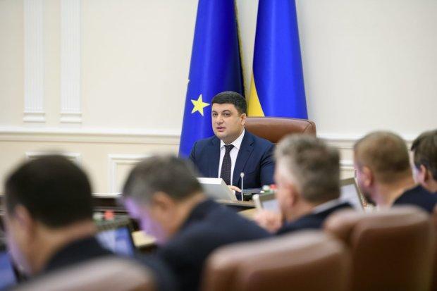 """Українцям показали зарплати міністрів і депутатів: майже """"мінімалка"""", слів немає"""