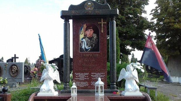 """На Прикарпатье вандалы осквернили могилу героя АТО, соцсети в ярости: """"Отправить на передовую, где погиб мой сын"""""""