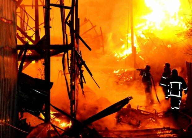 В Одесі палає популярний ринок, нещадний вогонь пожирає все на своєму шляху: перші подробиці