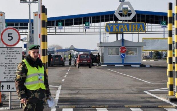 """Увірвалися в Україну """"на пташиних правах"""": з Прикарпаття депортували двох іноземців"""