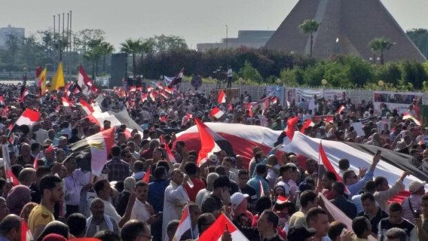 """Розлючені жителі влаштували переворот, хочуть """"скинути"""" президента: подробиці"""