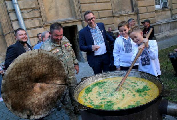 """""""Зупа"""" від губернатора: Мальський нагодував львів'ян традиційною стравою Галичини"""