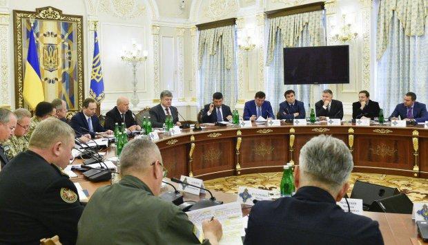 Турчинов похвастался перед Порошенко итогами военного положения: преступность снизилась, задачи выполнены