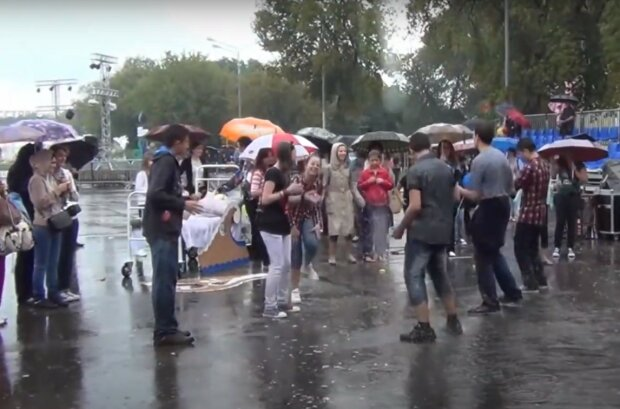 під дощем, скріншот з відео