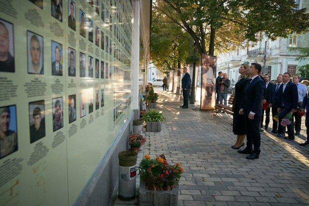 Володимир Зеленський з першою леді вшанували пам'ять загиблих героїв у Києві: далі - на Донбас