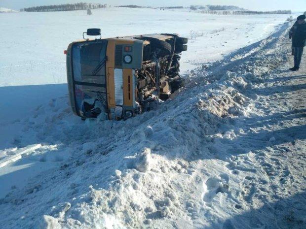 У Росії перекинувся автобус з дітьми: моторошні кадри катастрофи