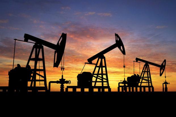 Дешевле воды? Цены на нефть упали до минимума, что происходит