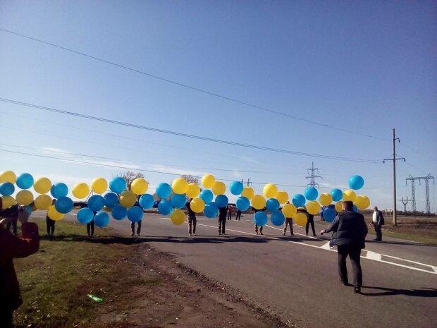 """""""Донецьк, зустрічай!"""": патріоти відправили окупантам головний символ України, яскраві фото"""