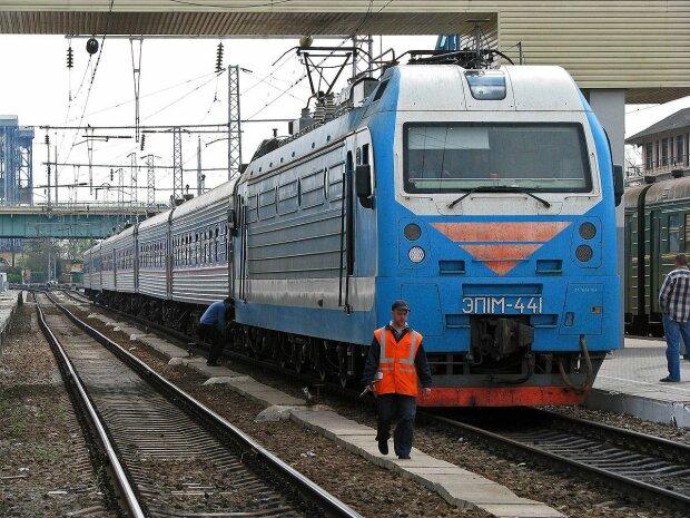 """Обожал свою работу: в Днепре железнодорожника """"засосал"""" поезд, несчастного собирали по частям"""