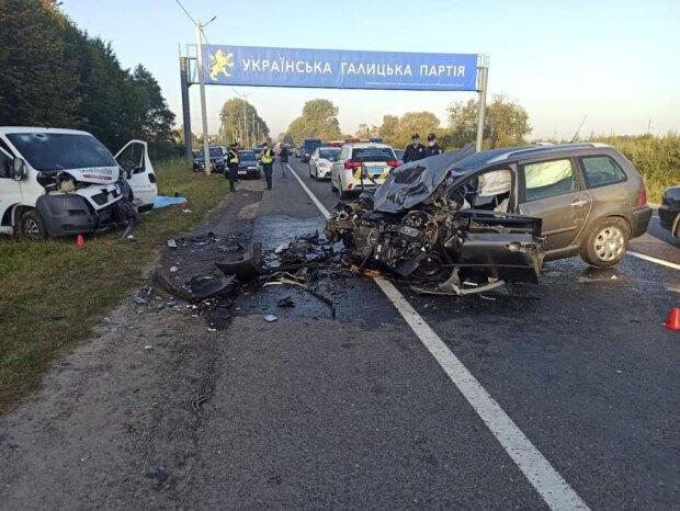 На Львівщині два легковики зіткнулися лоб у лоб - кров та два тіла на дорозі