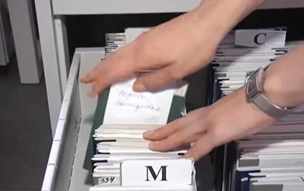 Трудовые книжки, скриншот из видео: ТСН