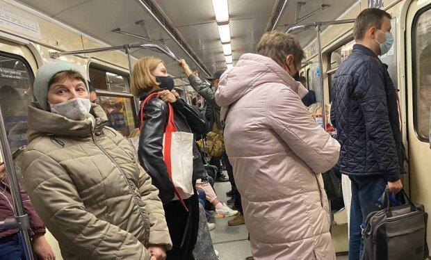 Украинцы в метро, фото: Знай.ua