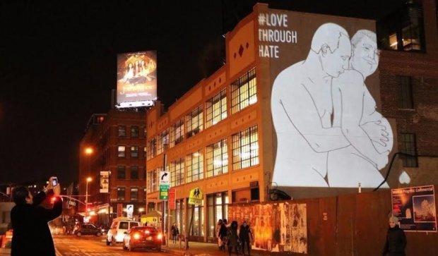 Оголені Путін і Трамп злилися в обіймах на вулицях Нью-Йорка