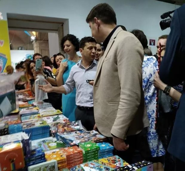 """Зеленский поразил простотой на """"Книжном арсенале"""": делал со всеми селфи и накупил книг детям"""