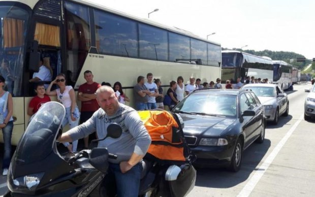 Штурм Европы: украинцы выстроились в огромную очередь на границе