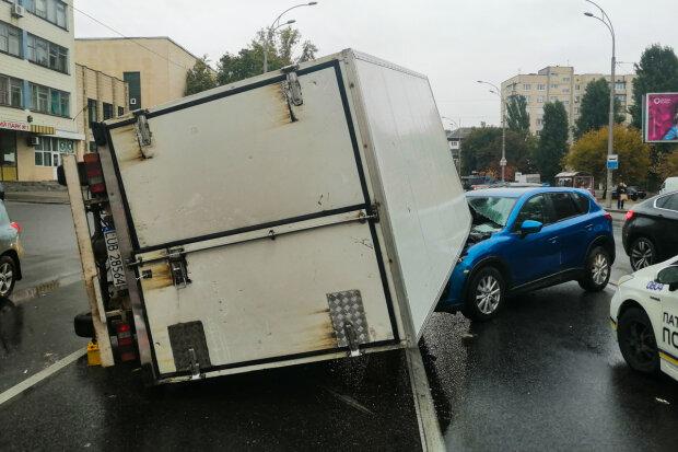 Тройное ДТП потрясло киевлян: грузовик врезался в пожарных и приземлился на легковушку, видео