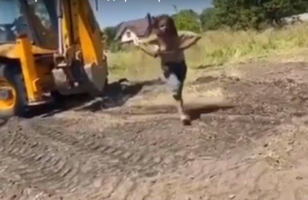 """Неадекватная харьковчанка бросалась под колеса трактора: """"Спасите! Убивают!"""""""